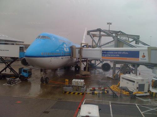 Bei Regen gelandete Boing 747 von KLM in Amsterdam