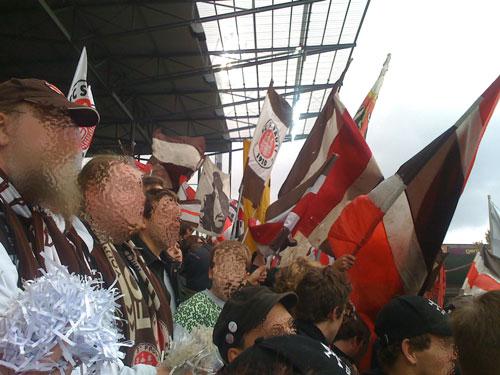 St.-Pauli-Fans in der Süd in freudiger Erwartung der Mannschaft