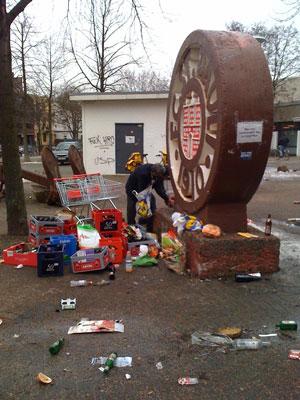 Müllsortierung am Rande der Dauerkartenschlange am Millerntor