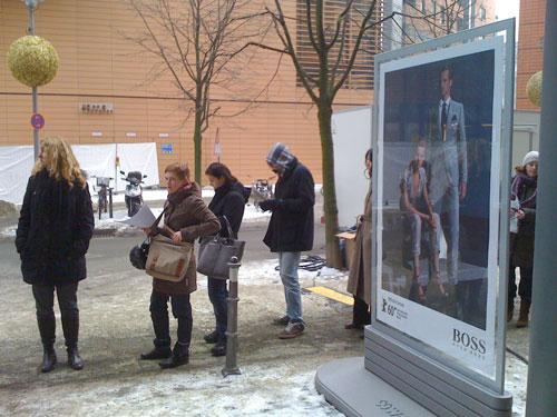 Da stehen wir jeden Morgen in der eisigen Kälte am Potsdamer Platz in der Kartenschlange