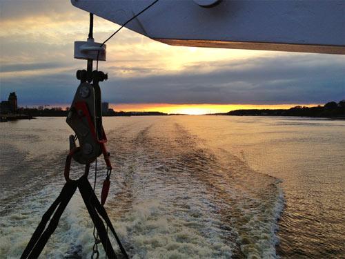 Auch die schönste Klassenfahrt ist einmal zu Ende: Sonnenuntergang bei der Heimkehr auf der Elbe