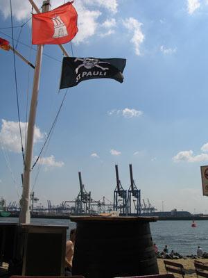 Hamburg- und Pauli-Fahne an der Strandperle