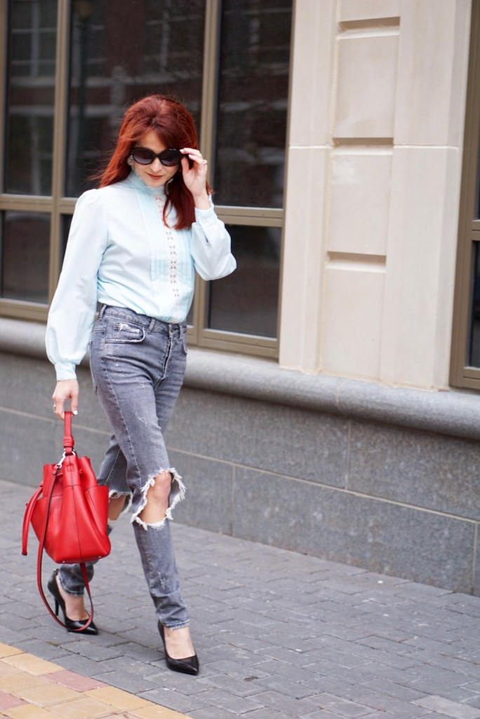STREET STYLE, CASUAL CHIC, BLUE BLOUSE, LACE, RED BAG, DESTRESSED DENIM, ZARA