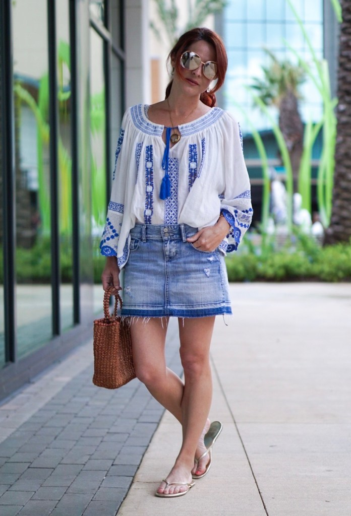 casual chic outfit, blue and white peasant top, mini skirt, gold flip flops