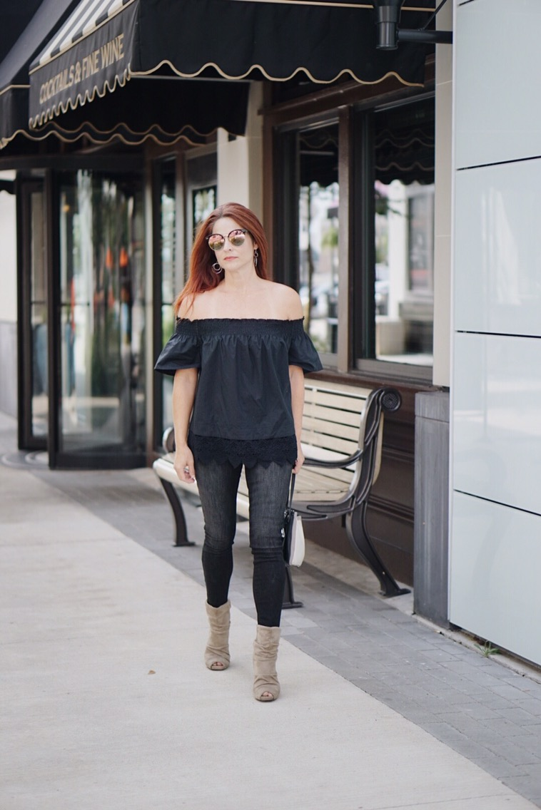 effortless outfit inspiration, black on black outfit, relaxed top, suede boots, black skinny jeans