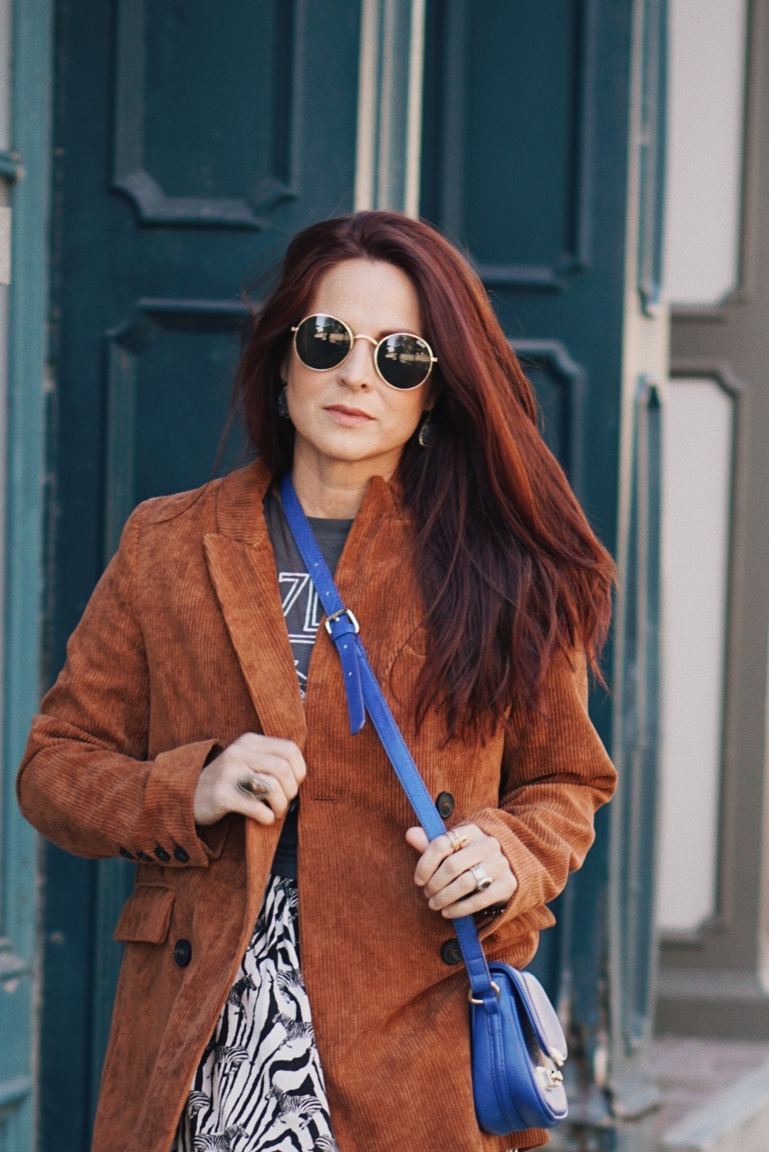 retro sunglasses, quay, blue bags in an outfit, outfit inspiration with animal print