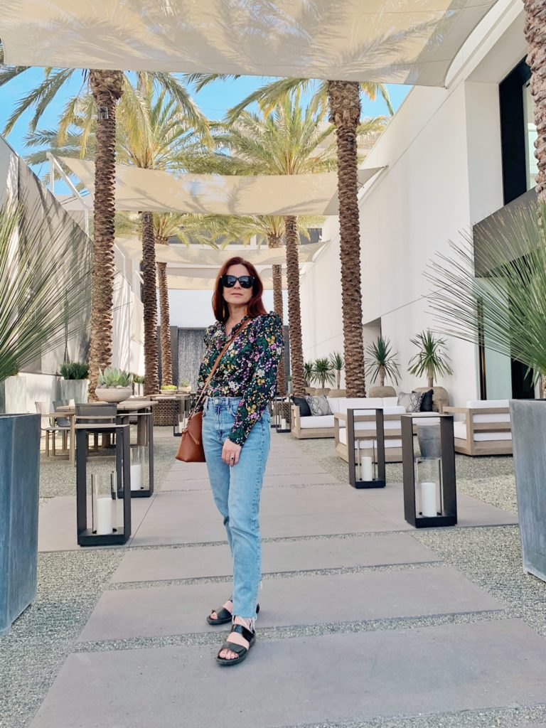 casual chic style ideas, how to wear sandals with jeans, casual style in LA