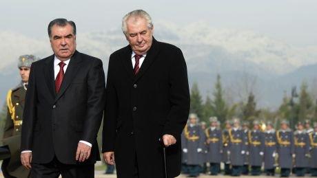 На знімку від 26листопада 2014-го– президент Чехії Мілош Земан ізпрезидентом Таджикистану Емомалі Рахмоном під час церемонії вітання ваеропорту Душанбе