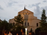 Jesus Statue vor Kirche mit krassen Schatten (plus einer Kamera die es aussehen läßt als wäre es da nicht Nacht)