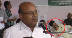 मोदी सरकार के शिविर में मंच पर सो रहे  थे भाजपा नेता