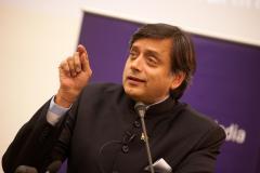 ट्रंप के कश्मीर वाले बयान पर भड़के शशि थरूर