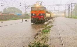 बारिश से मुंबई बदहाल,लोकल ट्रेन ठप, अभी भी राहत नहीं