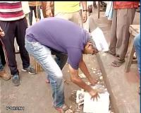 """दिल्ली में """"आप"""" ने फिर उठाई झाड़ू,विरोधियों बोले नौटंकी"""