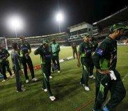 पाकिस्तानी खिलाडियों पर फेंके पत्थर