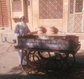 रोटी इकट्ठा कर गायों को जीवन देता है यह मुस्लिम शख्स