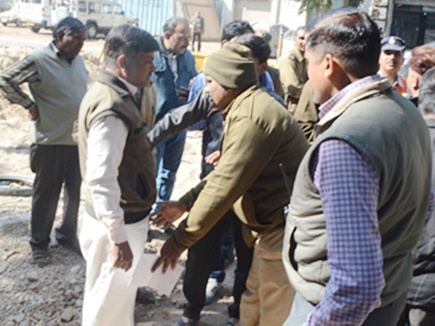 bjp-leader-caught-without-helmet-police-bow-and-ask-forgiveness