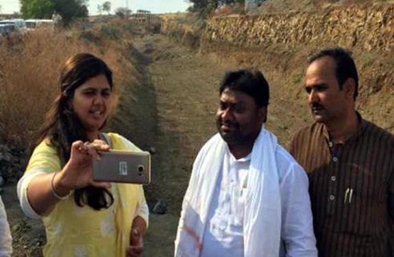 Pankaja Munde selfie in Latur Maharashtra - Tez News