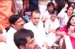 केजरीवाल के घर के बाहर भूख हड़ताल पर महेश गिरी, पहुंचे स्वामी