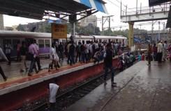 तकनीकी ख़राबी के चलते मुंबई लोकल हुई लेट, अब चालू