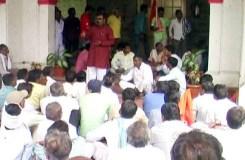 खंडवा: किसानों ने किया हंगामा, उग्र आंदोलन की चेतावनी