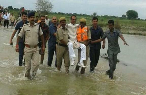 shivraj_singh_in_flood_lap