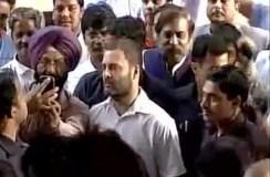 रुपये बदलने बैंक पहुंचे राहुल गांधी, ये हुआ उनके साथ