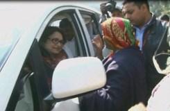 नगरीय प्रशासन मंत्री माया सिंह की गाड़ी को महिलाओं ने घेरा