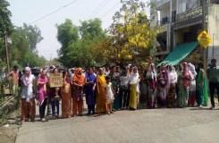 खंडवा : शराब दुकान के विरोध में चक्का जाम, तोड़फोड़