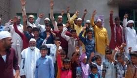 शांतिपूर्ण विरोध : काली पट्टी बांध मुस्लिमों ने अदा की ईद की नमाज़