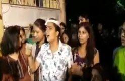 छात्राओं पर योगी की पुलिस ने बरसाईं लाठियां