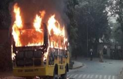 बीएचयू में छात्रों ने स्कूल बस में लगाई आग, किया पथराव
