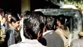 'लव जिहाद' के नाम पर गुंडागर्दी, पुलिस के सामने प्रेमी जोड़े को पीटा