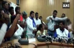 Video: केंद्रीय मंत्री पर प्रेस कॉन्फ्रेंस के दौरान डाला काला कपड़ा