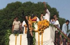 दलित नेताओं ने दूध से धोई अंबेडकर की प्रतिमा, कहा- BJP की मेनका ने किया 'अशुद्ध'