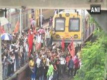 मराठा आरक्षण : ट्रेनें रोकी, बसों में तोड़फोड़, जबरन दुकानें बंद कराई