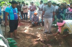 खंडवा : पत्नी की शिकायत पर कब्र से निकलवाई पति की लाश, पोस्टमार्टम मे होगा खुलासा