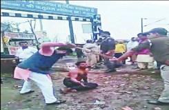 AAP नेता ने युवक को अर्धनग्न कर लाठी से पीटा, Video वायरल