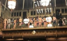 ब्रिटेन : संसद में पहली बार अर्धनग्न प्रदर्शन