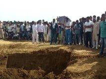 जमीन में गड़ा सोना निकालने के लिए पुलिस ने JCB से खुदवाया खेत