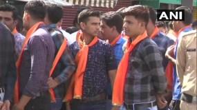 दिग्विजय सिंह के रोड शो में भगवा दुपट्टे में दिखें पुलिसकर्मी