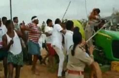 तेलंगाना : TRS कार्यकर्ताओं ने महिला पुलिसकर्मी को लाठियों से पीटा