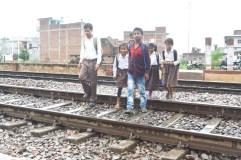 जान-जोखिम में डालकर रेलवे ट्रैक पार करने को मजबूर छात्र