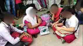 उन्नाव रेप केस: बाहर धरने पर बैठा पीड़ित परिवार