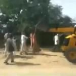 राजस्थान: जब जेसीबी पर लटक गई महिला सरपंच, देखें विडियो