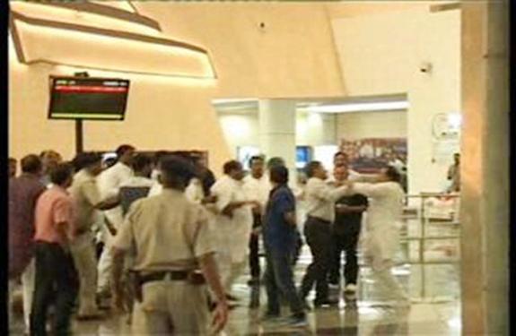 fight_on_airport Madhya Pradesh, Indore, Congress, MLA, Digvijaya Singh