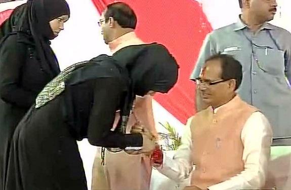 Muslim woman tie rakhi to shivraj singh chauhan 111