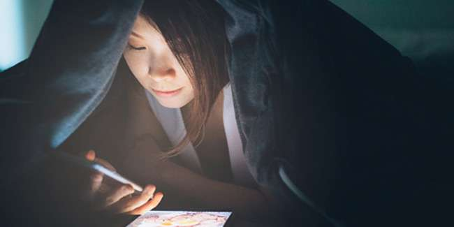 This causes your sleep to be bad because of the smartphone नींद खराब