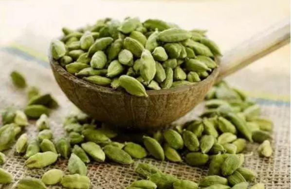 Chew-3-cardamoms-every-night-before-going-to-bed-these-2-diseases-will-end-from-the-root-1