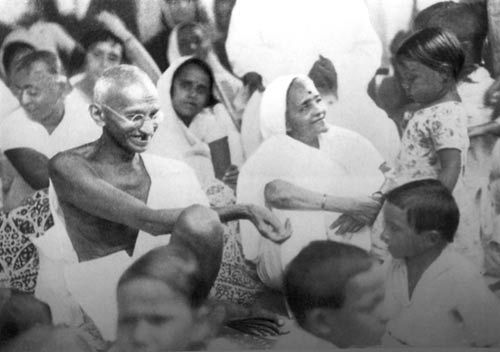 Gandhi_and_Kasturba_with_childrenwww.cute-pictures.blogspot.com_