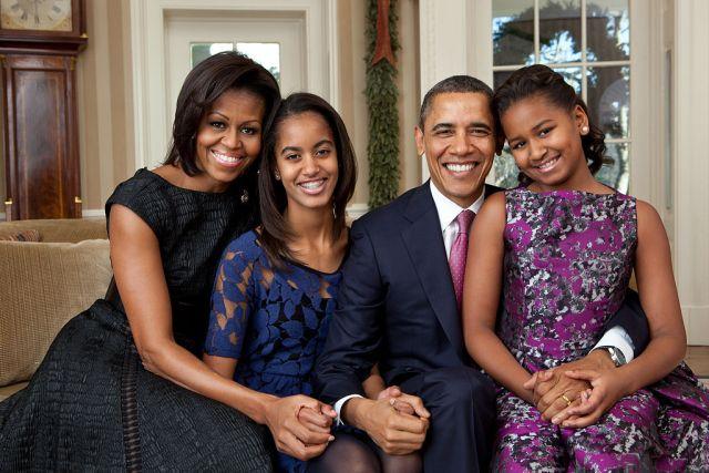 1024px-Barack_Obama_family_portrait_2011